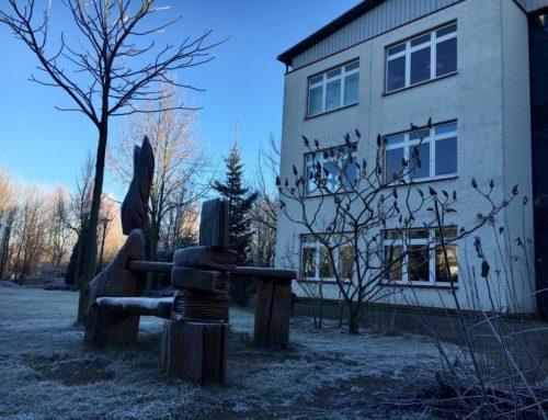 Das Schulgebäude im Winter